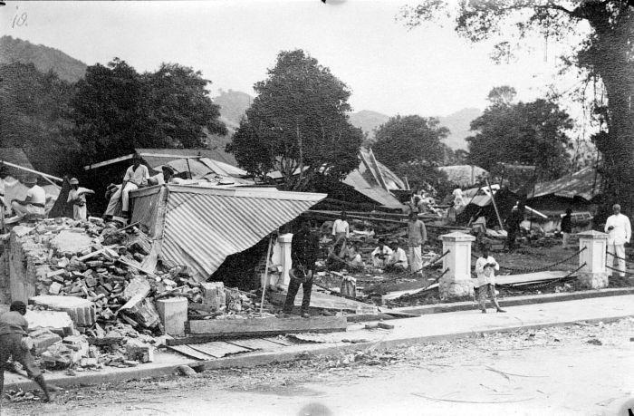 COLLECTIE_TROPENMUSEUM_Een_verwoest_huis_na_de_aardbeving_van_1926_TMnr_10003982